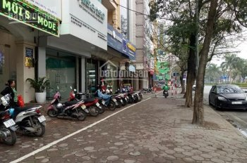 Cần bán nhà mặt phố Hoàng Quốc Việt, kinh doanh rất tốt. DT 22m2 x 4 tầng, MT 3,7m, giá 8,2 tỷ