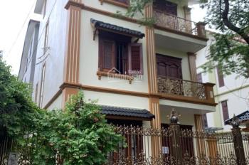 Cho thuê biệt thự tại KĐT mới Dịch Vọng, DT 210m2, XD 100m2 * 3T + 1 hầm, nội thất đẹp. Giá 90tr/th