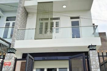 Cần tiền bán gấp nhà 1 trệt 2 lầu 80 m2 gần chợ Hưng Long, giá 2 tỷ nhận nhà, LH 0935.586.327