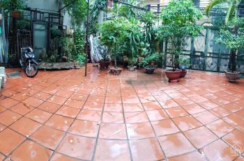 Tôi cho thuê nhà sân vườn 300m2: XD 90m2 3 tầng 3PN, vệ sinh, bếp, khu bàn ăn, Yên Hòa, Cầu Giấy