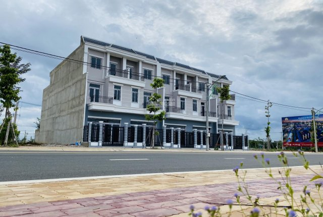 Bán nhà đối diện kcn Đồng Xoài 3, dt: 5x26m, giá 1.3 tỷ, cho thuê được 20 tr/th. LH: 0966887957
