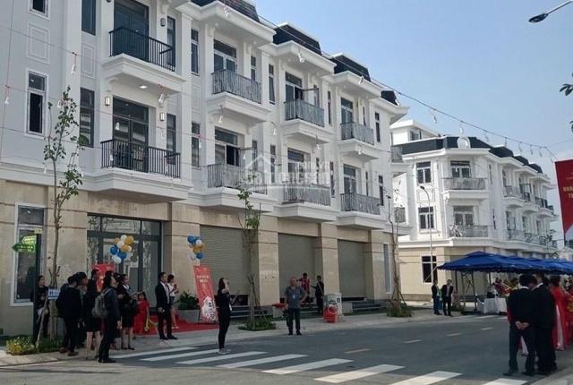 Nhà phố sổ hồng riêng 870triệu full nội thất ngay chợ, đối diện cổng KCN và UBND