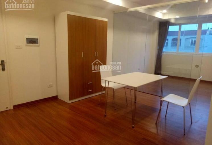 Cho thuê chung cư 1 - 2 phòng ngủ và khách sàn gỗ đầy đủ đồ DT 65m2 mặt phố Đông Các, Ô Chợ Dừa