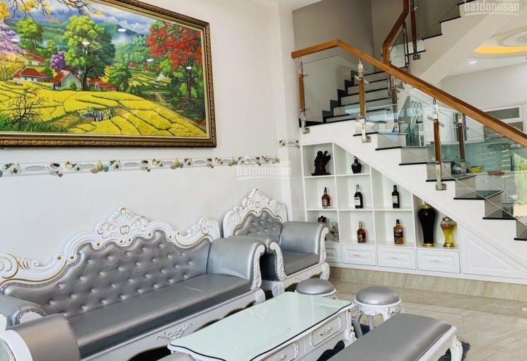 Bán nhà KDC xã Phước Kiển, DT: 6x14m, 1 trệt 2 lầu, đối diện công viên, nhà đẹp, giá: 6,2 tỷ
