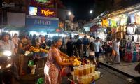 sang quán trong khu ẩm thực của chợ đêm tân đức