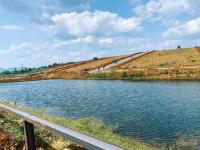 cần bán 2 lô view hồ ngay mặt đường lớn khu du lịch