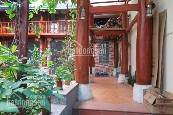 Cho thuê căn nhà 2 tầng sân vườn rộng, toàn bộ nhà bằng gỗ đặc biệt, 5 nhà vệ sinh