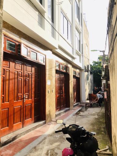 Mở bán 3 căn xây mới 30m2 x 5 tầng tổ 1 Thạch Bàn, giá chỉ 2,35 tỷ. LH: 0988211190
