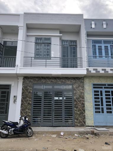 Nhà mới (chưa lắp dụng cụ WC). Diện tích 4,6x8,5m, 1 trệt (1 PK, 1 bếp) 1 lầu (2PN)
