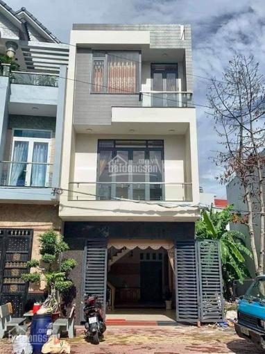 Nhà 1 trệt 2 lầu mới xây ở đường Lý Thường Kiệt, ngay TT Hóc Môn, có sổ hồng riêng, tặng nội thất