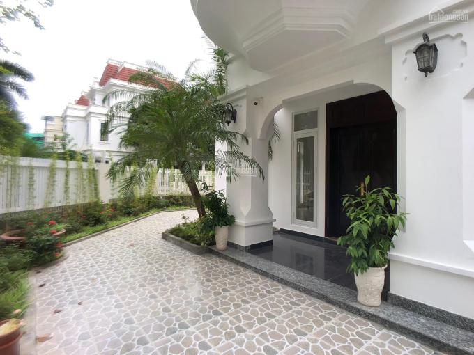 Cho thuê biệt thự góc sân vườn, siêu đẹp, đẳng cấp tại Ciputra, 300m2, 4 phòng ngủ. LH: 0904481319